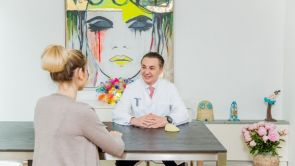 Brustvergrößerung und die natürliche Form -  Ein Experteninterview mit Prof. Dr. Ticlea aus der T-Klinik Köln