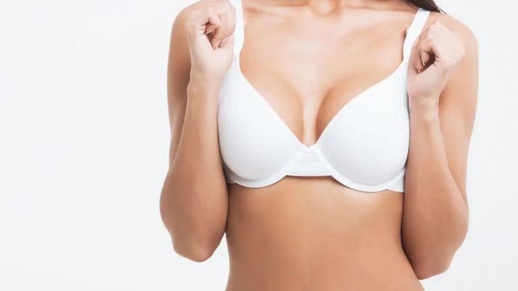 Kulaté nebo anatomické implantáty? Vysvětlíme Vám jejich výhody a nevýhody