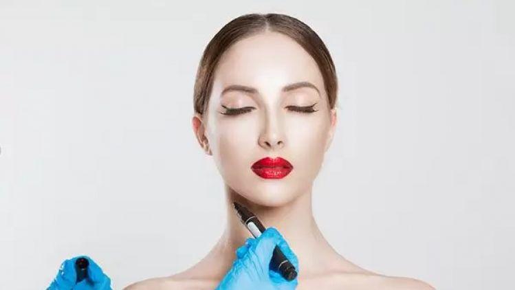Fett-weg-Spritze, Laserpuls oder Fadenlift - Minimal-invasive Eingriffe gegen das Doppelkinn